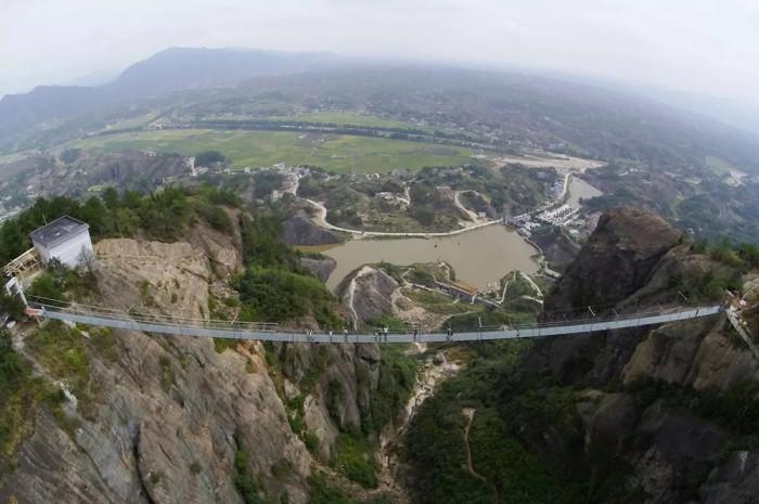il ponte di vetro realizzato in Cina